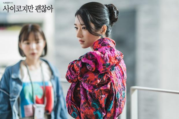 """3 điểm giống nhau của nàng thơ của Kim Soo Hyun và """"chị Nguyệt"""" IU: Cửa trên so với nam chính, đam mê biến màn ảnh thành sàn catwalk - Ảnh 4."""