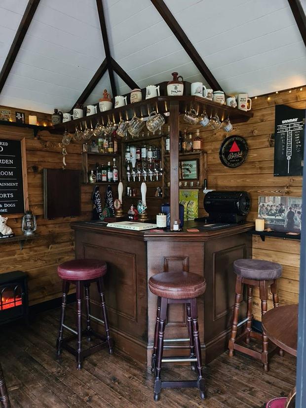 Rảnh rỗi mùa giãn cách xã hội, cặp đôi tự dựng hẳn một mini pub sau vườn và thành quả khiến dân thiết kế cũng phải trầm trồ thán phục  - Ảnh 7.