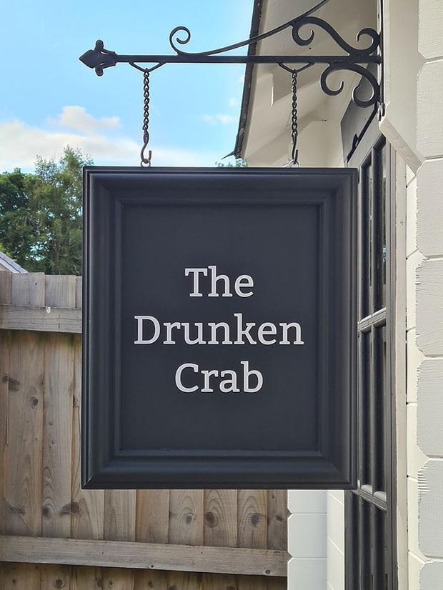 Rảnh rỗi mùa giãn cách xã hội, cặp đôi tự dựng hẳn một mini pub sau vườn và thành quả khiến dân thiết kế cũng phải trầm trồ thán phục  - Ảnh 1.