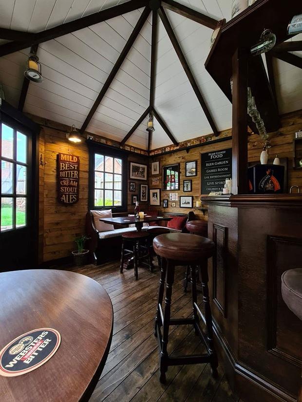 Rảnh rỗi mùa giãn cách xã hội, cặp đôi tự dựng hẳn một mini pub sau vườn và thành quả khiến dân thiết kế cũng phải trầm trồ thán phục  - Ảnh 12.