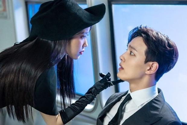"""3 điểm giống nhau của nàng thơ của Kim Soo Hyun và """"chị Nguyệt"""" IU: Cửa trên so với nam chính, đam mê biến màn ảnh thành sàn catwalk - Ảnh 7."""