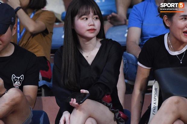 Loạt phản ứng trái ngược của hội WAGs khi lọt vào tầm ngắm cameraman: Vợ Công Phượng kín bưng - bạn gái Quang Hải thoải mái nói cười - Ảnh 5.