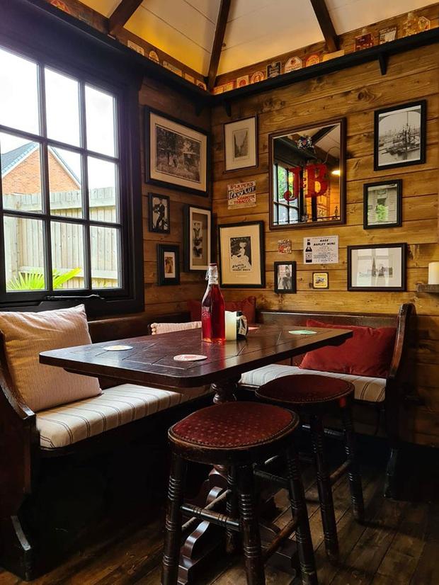Rảnh rỗi mùa giãn cách xã hội, cặp đôi tự dựng hẳn một mini pub sau vườn và thành quả khiến dân thiết kế cũng phải trầm trồ thán phục  - Ảnh 5.
