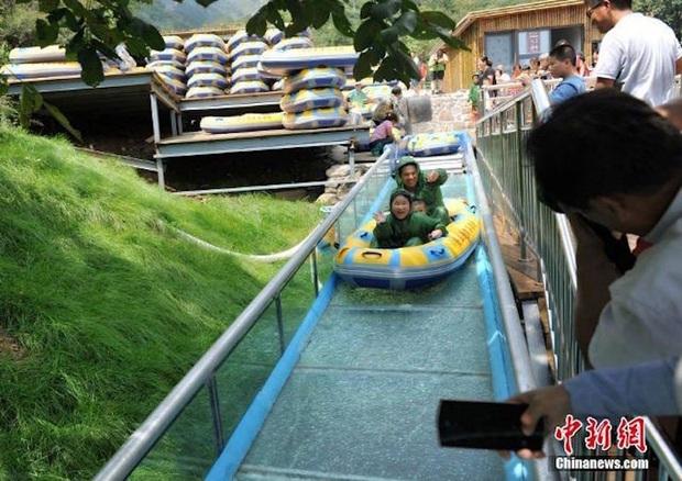 """Chiếc máng trượt bằng kính """"thót tim"""" nhất Trung Quốc đang gây tranh cãi dữ dội trên TikTok: Có thực sự an toàn cho du khách? - Ảnh 16."""