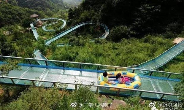 """Chiếc máng trượt bằng kính """"thót tim"""" nhất Trung Quốc đang gây tranh cãi dữ dội trên TikTok: Có thực sự an toàn cho du khách? - Ảnh 11."""