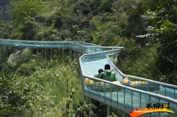 """Chiếc máng trượt bằng kính """"thót tim"""" nhất Trung Quốc đang gây tranh cãi dữ dội trên TikTok: Có thực sự an toàn cho du khách? - Ảnh 13."""