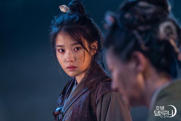 """3 điểm giống nhau của nàng thơ của Kim Soo Hyun và """"chị Nguyệt"""" IU: Cửa trên so với nam chính, đam mê biến màn ảnh thành sàn catwalk - Ảnh 3."""