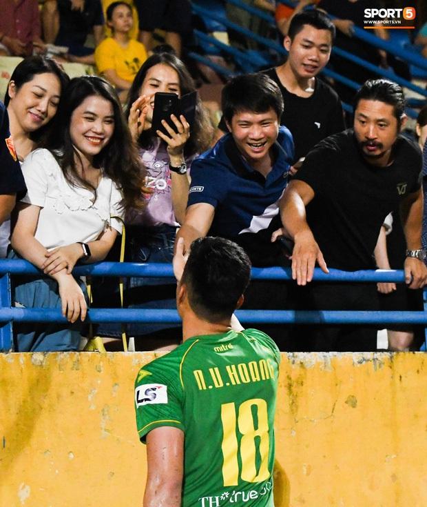 Loạt phản ứng trái ngược của hội WAGs khi lọt vào tầm ngắm cameraman: Vợ Công Phượng kín bưng - bạn gái Quang Hải thoải mái nói cười - Ảnh 11.