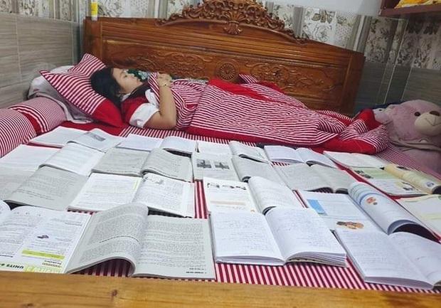 Muôn kiểu ôn thi bá đạo nhất: Tài liệu chất chồng cả đống, cứ phải sách một bên người một bên mới yên tâm đi ngủ được - Ảnh 3.