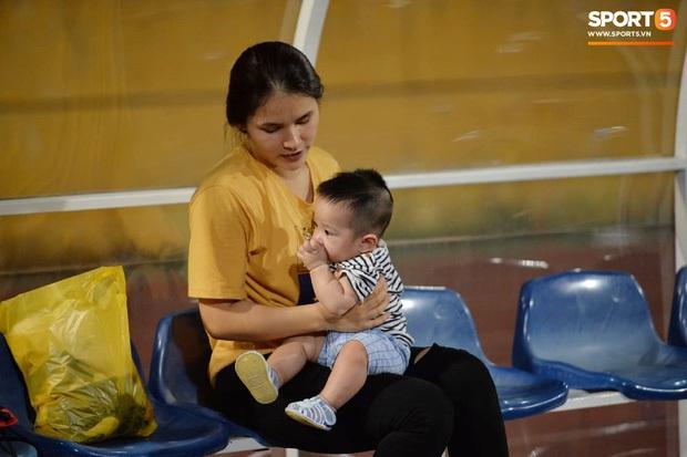 Loạt phản ứng trái ngược của hội WAGs khi lọt vào tầm ngắm cameraman: Vợ Công Phượng kín bưng - bạn gái Quang Hải thoải mái nói cười - Ảnh 15.