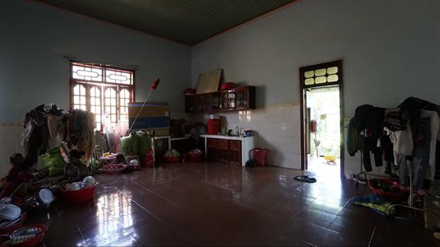 Thương mẹ phải bán dây chuyền xây nhà cấp 4, H'Hen Niê bỏ 2,5 tỷ sửa thành nhà cực đẹp - Ảnh 2.