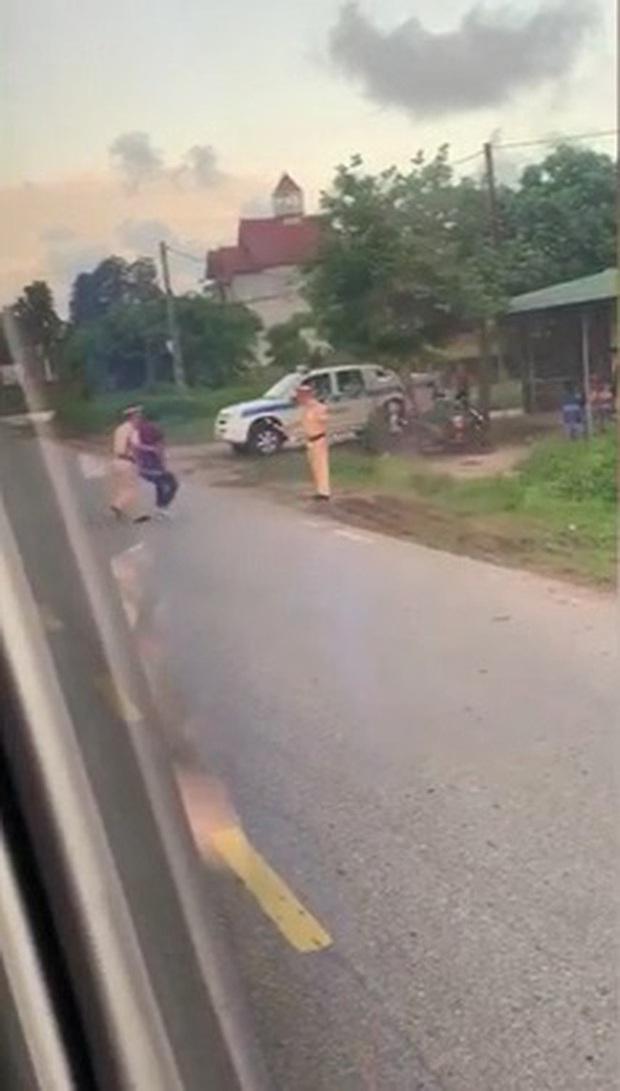 Clip: Người đàn ông tụt quần ăn vạ giữa đường, đôi co gay gắt với CSGT - Ảnh 2.