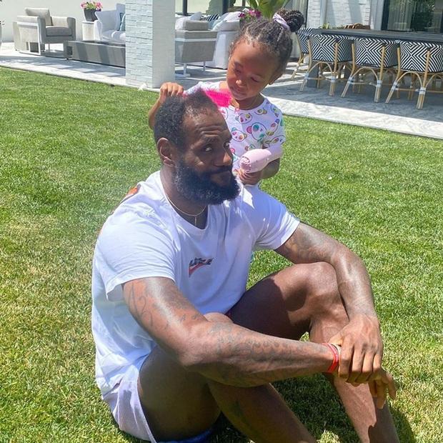 Siêu sao bóng rổ LeBron James gây sốt cộng đồng mạng với khoảnh khắc đáng yêu bên cạnh con gái nhân Ngày của Cha - Ảnh 2.