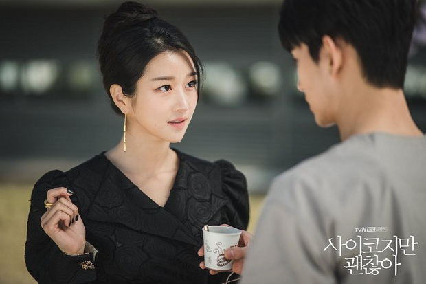 """3 điểm giống nhau của nàng thơ của Kim Soo Hyun và """"chị Nguyệt"""" IU: Cửa trên so với nam chính, đam mê biến màn ảnh thành sàn catwalk - Ảnh 9."""