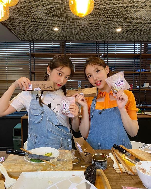Nhìn Nayeon (TWICE) và Yeri (Red Velvet) làm bánh mà fan Việt chỉ muốn mời hai chị vào nhóm Ghét bếp: Thành quả biến dạng đến mức... nhạy cảm - Ảnh 2.