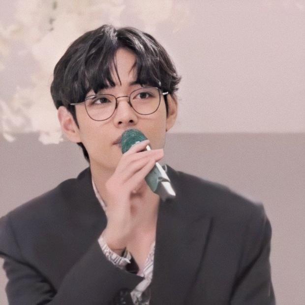 V (BTS) chỉ cắt tóc đeo kính sương sương mà khiến MXH náo loạn, khoe giọng hát cực ngọt cùng BTS trong lần đầu diễn live ca khúc Nhật mới ra lò - Ảnh 9.