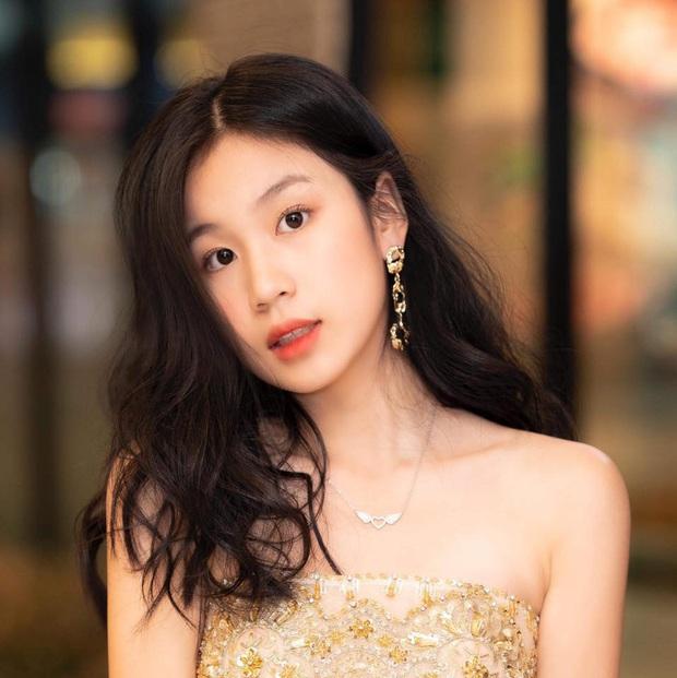 Con gái Lưu Thiên Hương khoe dáng chuẩn ở biển, mới 15 tuổi đã sớm bộc lộ khí chất mỹ nhân - Ảnh 4.
