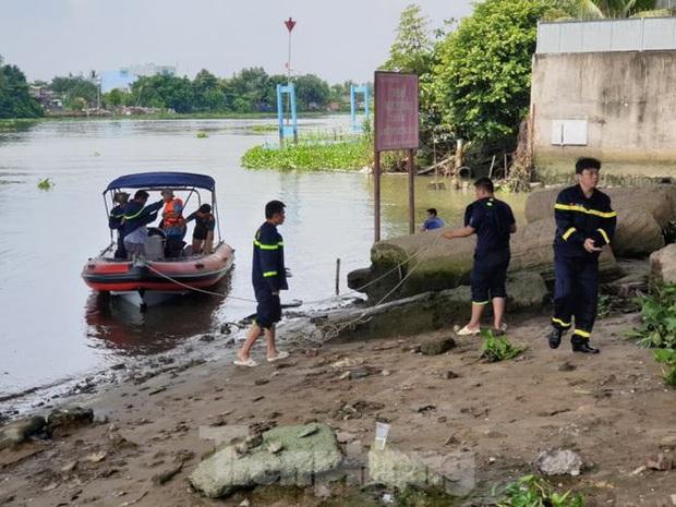 Bị giang hồ đòi nợ, người đàn ông nhảy sông Sài Gòn tự tử - Ảnh 2.