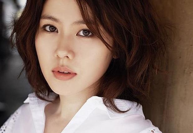 Đào lại loạt ảnh cũ của Son Ye Jin: Từ thời makeup giản đơn, tóc tai sến súa nhan sắc đã đẹp đỉnh cao - Ảnh 1.