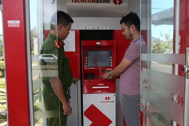 Một trong các đối tượng thực hiện lại hành vi rút tiền tại quầy ATM sau khi chiếm đoạt được từ các nạn nhân