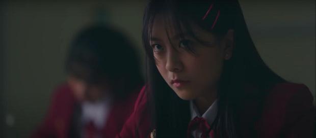 Hết chìm phao lại bị tống cố xuống lớp cá biệt, gái xinh BNK48 vẫn vui như mở hội ở phim mới, lạ ha! - Ảnh 3.