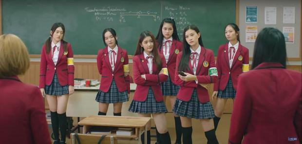 Hết chìm phao lại bị tống cố xuống lớp cá biệt, gái xinh BNK48 vẫn vui như mở hội ở phim mới, lạ ha! - Ảnh 5.