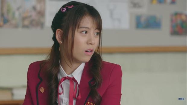 Hết chìm phao lại bị tống cố xuống lớp cá biệt, gái xinh BNK48 vẫn vui như mở hội ở phim mới, lạ ha! - Ảnh 7.