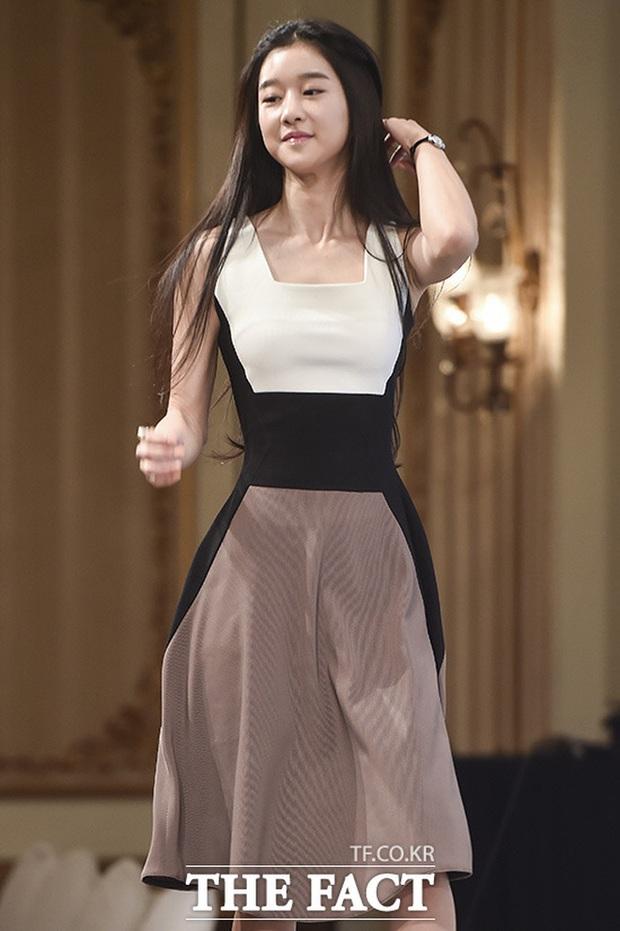 Dân tình đang cuồng body nữ chính hot hơn cả Kim Soo Hyun trong Điên thì có sao: Vòng 1 nóng hừng hực, chân so được cả với Lisa - Ảnh 12.