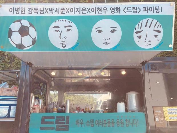 Cơ to như tài tử Kim Soo Hyun: Bộ 3 siêu sao IU, Park Seo Joon, Lee Hyun Woo kết hợp gửi quà đặc biệt đến phim trường - Ảnh 4.