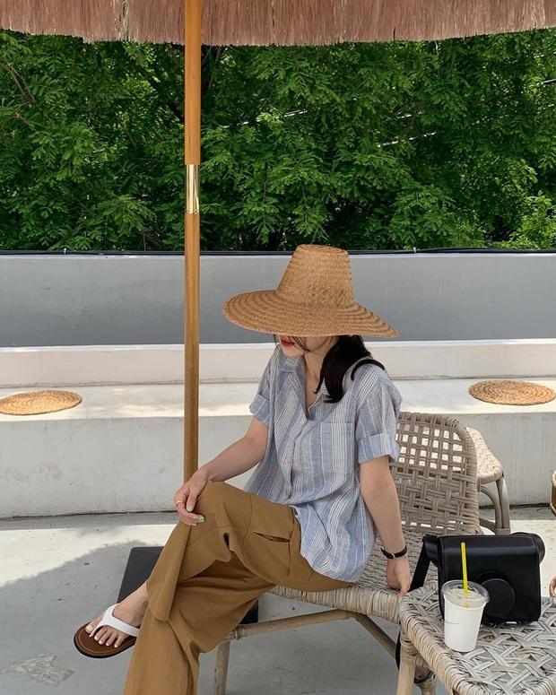 Áo sơ mi tưởng nhạt như nước ốc nhưng lại cực nhiều cách mix hay ho, chị em diện ngày thường hay đi du lịch cũng xinh - Ảnh 6.