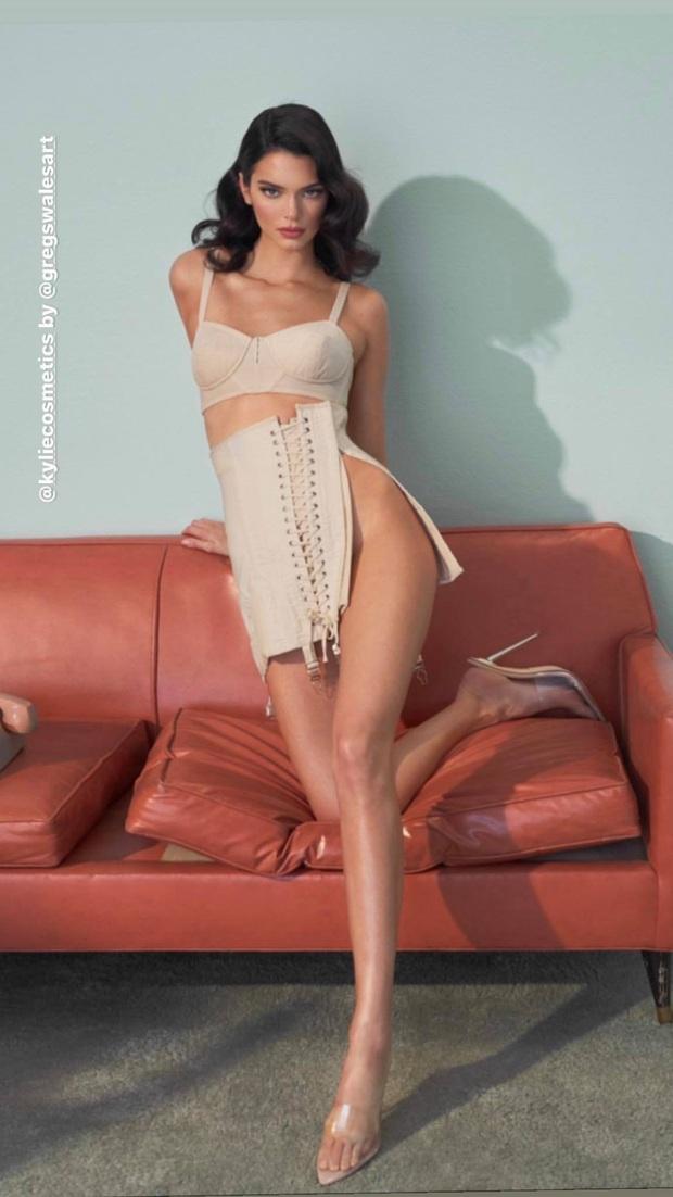Song kiếm hợp bích cùng Kylie, đôi chân dài của Kendall Jenner lại chiếm hết spotlight vì độ hoàn hảo khó tin - Ảnh 3.