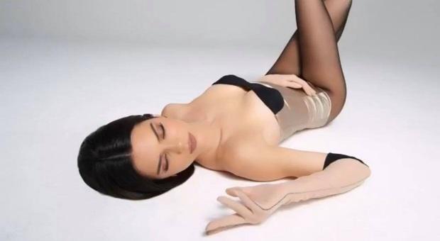 Song kiếm hợp bích cùng Kylie, đôi chân dài của Kendall Jenner lại chiếm hết spotlight vì độ hoàn hảo khó tin - Ảnh 7.