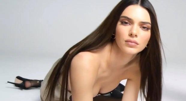 Song kiếm hợp bích cùng Kylie, đôi chân dài của Kendall Jenner lại chiếm hết spotlight vì độ hoàn hảo khó tin - Ảnh 6.