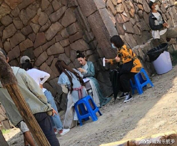 Điên đảo với nhan sắc một chín một mười của Địch Lệ Nhiệt Ba và Triệu Lộ Tư ở hậu trường phim mới - Ảnh 4.