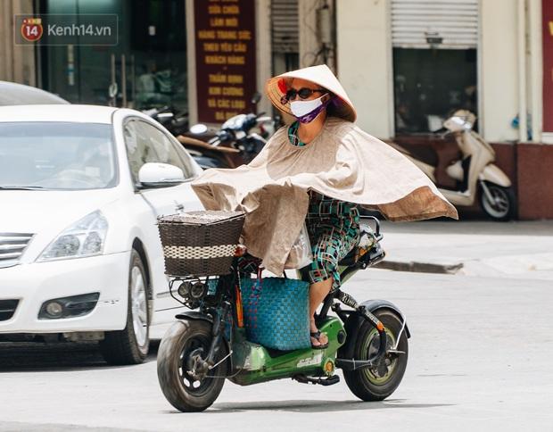 Ảnh: Nắng nóng tiếp tục gay gắt trên 40 độ C, người dân vật lộn tìm đủ mọi cách tránh nóng - Ảnh 3.