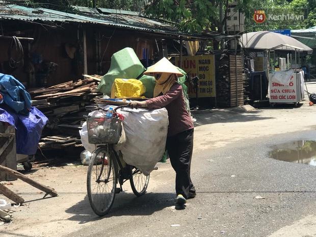 """Dân nghèo ở Hà Nội gồng mình mưu sinh dưới nắng nóng đỉnh điểm: """"Đội nắng nhặt 100 vỏ lon nhôm, bán được 15 nghìn đồng nhưng vẫn phải cố"""" - Ảnh 1."""