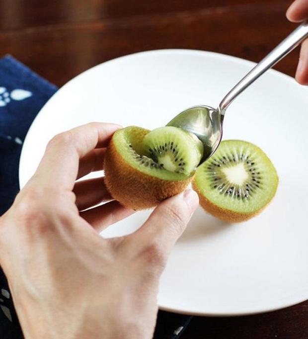 Loay hoay bấy lâu nay mà không biết đến những mẹo ăn trái cây cực tiện này: vừa không bẩn tay, lại không cần gọt vỏ luôn - Ảnh 5.