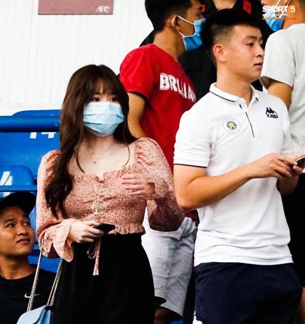 Huỳnh Anh tỏ ra mình ổn khi đến sân xem Quang Hải thi đấu, nét mặt mệt mỏi gây chú ý - Ảnh 1.