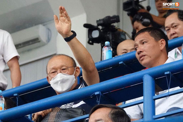 Huỳnh Anh tỏ ra mình ổn khi đến sân xem Quang Hải thi đấu, nét mặt mệt mỏi gây chú ý - Ảnh 7.