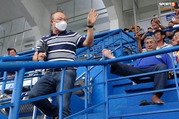 Huỳnh Anh tỏ ra mình ổn khi đến sân xem Quang Hải thi đấu, nét mặt mệt mỏi gây chú ý - Ảnh 6.