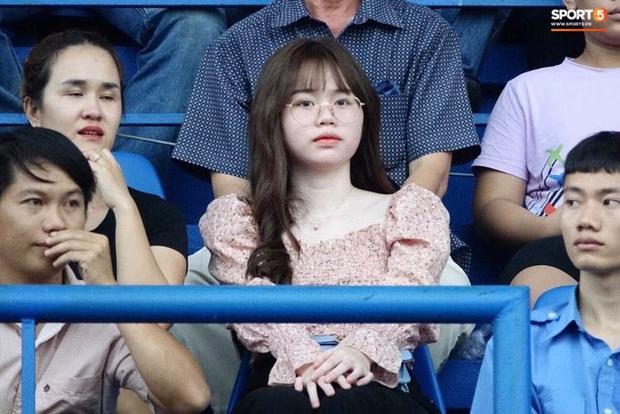 Huỳnh Anh tỏ ra mình ổn khi đến sân xem Quang Hải thi đấu, nét mặt mệt mỏi gây chú ý - Ảnh 4.