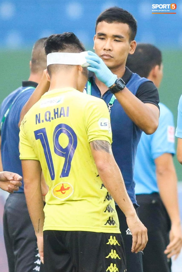 Quang Hải chảy nhiều máu sau khi bị gầm giày đạp thẳng vào mặt, phải băng trắng đầu để tiếp tục thi đấu - Ảnh 4.
