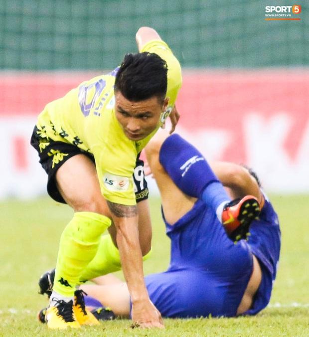 Quang Hải chảy nhiều máu sau khi bị gầm giày đạp thẳng vào mặt, phải băng trắng đầu để tiếp tục thi đấu - Ảnh 2.