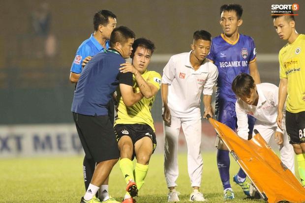 Quang Hải nóng nảy chỉ thẳng mặt nhân viên y tế để bảo vệ đội nhà - Ảnh 1.