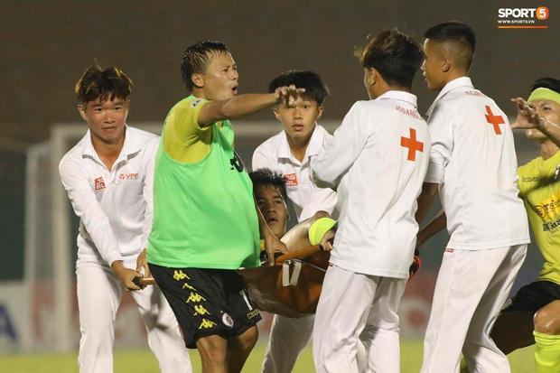 Quang Hải nóng nảy chỉ thẳng mặt nhân viên y tế để bảo vệ đội nhà - Ảnh 3.