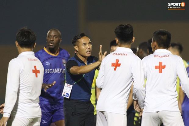 Quang Hải nóng nảy chỉ thẳng mặt nhân viên y tế để bảo vệ đội nhà - Ảnh 7.