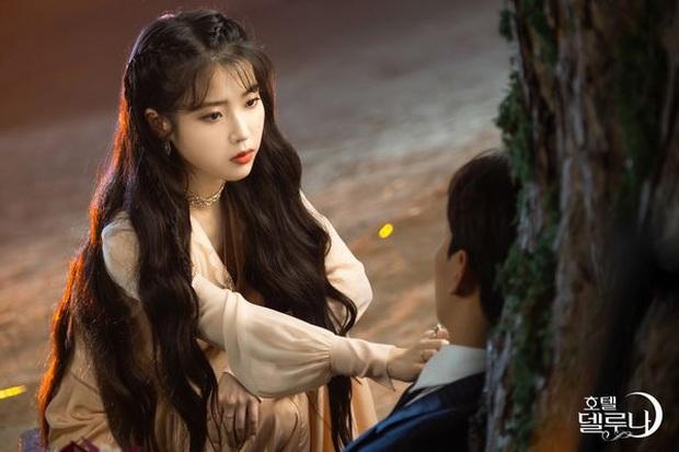 """3 điểm giống nhau của nàng thơ của Kim Soo Hyun và """"chị Nguyệt"""" IU: Cửa trên so với nam chính, đam mê biến màn ảnh thành sàn catwalk - Ảnh 1."""
