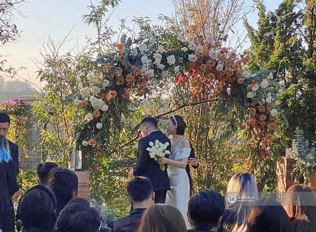 Dậy sóng hình nét căng hiếm hoi trong hôn lễ kín của Tóc Tiên: Nhan sắc cô dâu nổi bật giữa dàn phù dâu toàn hotgirl - Ảnh 3.