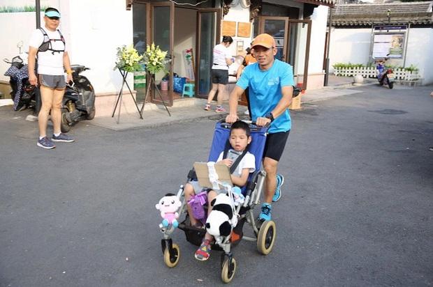 Rơi nước mắt trước dòng tâm sự của người cha 5 năm ròng tìm điều kỳ diệu cho cậu con trai bại não từ những cuộc thi marathon - Ảnh 1.