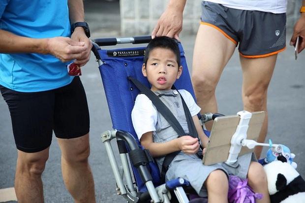 Rơi nước mắt trước dòng tâm sự của người cha 5 năm ròng tìm điều kỳ diệu cho cậu con trai bại não từ những cuộc thi marathon - Ảnh 2.